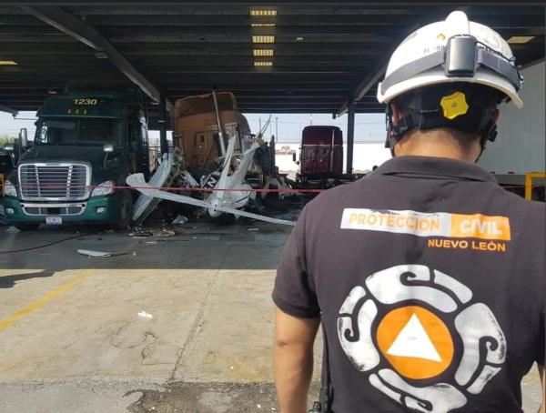 Se desploma aeronave sobre carretera en Nuevo León; seis muertos