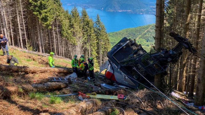 12 muertos por la caída de un teleférico en los Alpes italianos