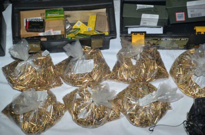 22,000 balas, 12 armas y botes de gasolina encontró la policía en la casa del atacante de San José; asesinó a 9 compañeros de trabajo