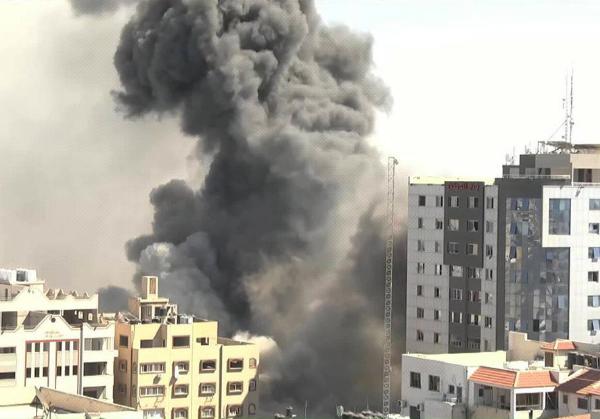 Video: ONU: huyen de la masacre israelí 10 mil palestinos. Ataque aéreo derriba edificio con oficinas de AP y Al Jazeera en Gaza