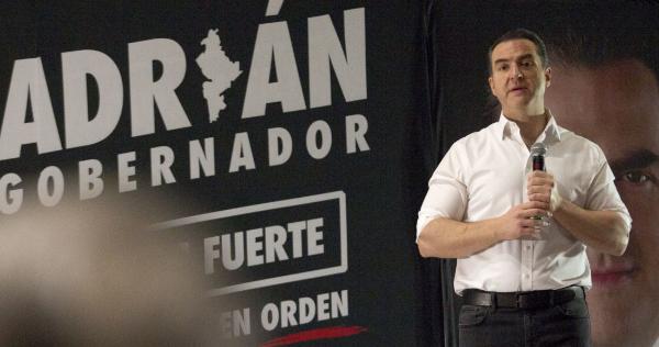 """Videos: """"¿Dónde están el INE, la Fiscalía Electoral, el Tribunal"""": AMLO presenta tarjeta de Adrián De la Garza, candidato del PRI y PRD al gobierno de Nuevo León, a quien acusa de regalar dinero a cambio de votos"""