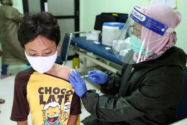 La FDA autoriza usar vacuna de Pfizer para mayores de 12 años, lo que supondría cobertura para estudiantes de secundaria y preparatoria de manera inminente