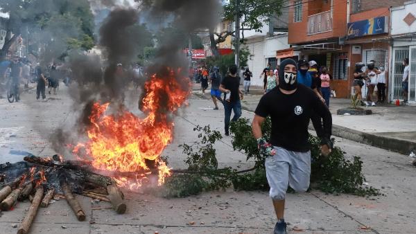 Video: Asciende a 19 el número de muertos en las protestas en Colombia. Renuncia el titular de Hacienda