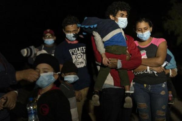 La confusa política migratoria de Biden crea nuevo campo de migrantes en la frontera con México