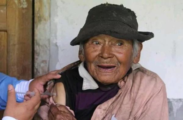 Vacunan contra el Covid-19 a peruano de 121 años