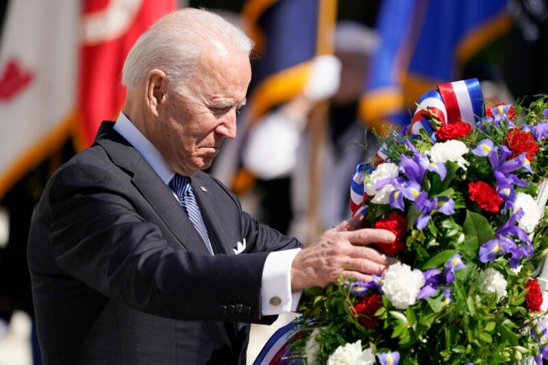 La democracia está en peligro en EU y el mundo, afirma Biden en el Día de la Conmemoración de los Caídos