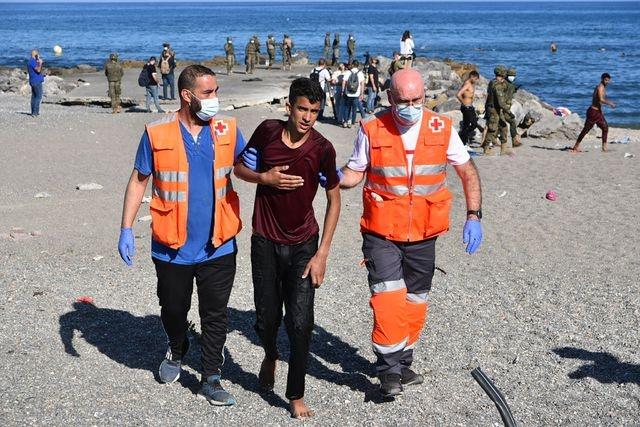 Video: En crisis sin precedente, miles de migrantes, en su mayoría de Marruecos, llegan a nado a territorio español