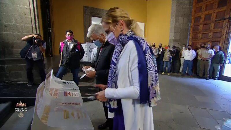 """""""¡Que viva la democracia!"""", lanza AMLO luego de votar en el Museo del Arte de la Secretaría de Hacienda"""