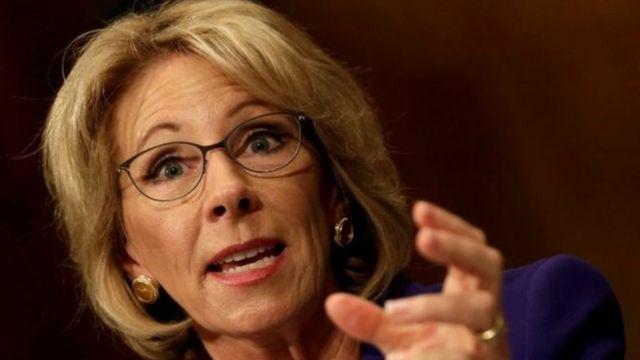 Betsy DeVos subsidia las noticias sobre la educación en múltiples estaciones de radio