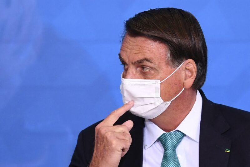 """Tras cuestionarlo por no usar cubrebocas a menudo, Bolsonaro dice: """"prensa de mierda"""""""