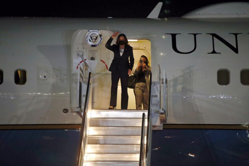 Ebrard recibe a la vicepresidenta Kamala Harris en el aeropuerto capitalino