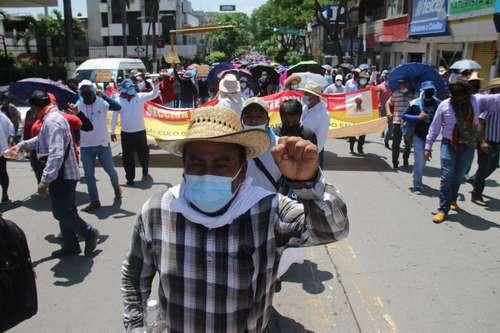 Miles exigen diálogo a AMLO y liberación de los 17 normalistas