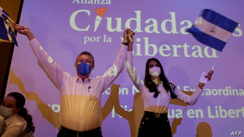 El excombatiente Oscar Sobalvarro y la ex reina de belleza Berenice Quezada, fórmula opositora a Ortega en los comicios presidenciales de noviembre