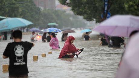 Video: Lluvias torrenciales dejan 25 muertos en China; se inunda el Metro