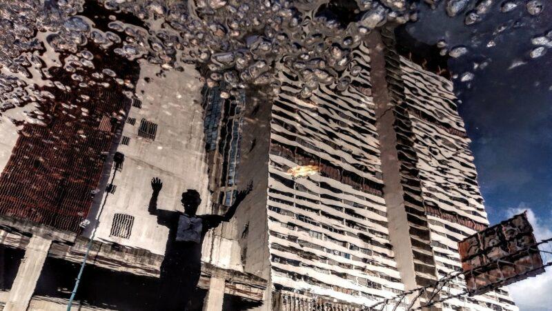 Imágenes de una Caracas al revés reflejada en los charcos
