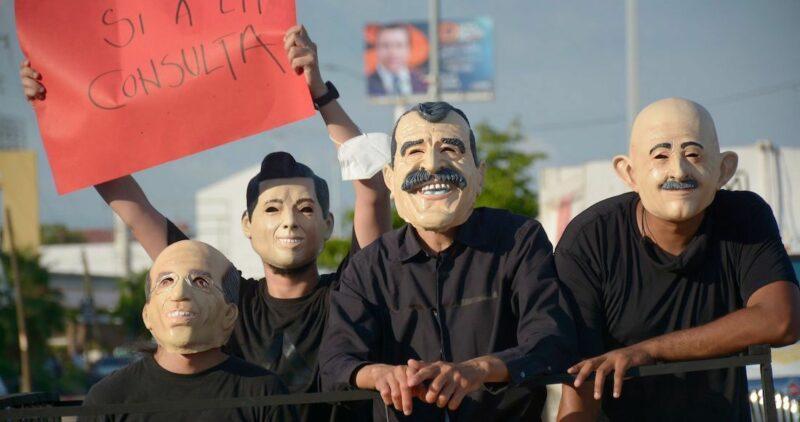 """A horas de la consulta, máscaras y consignas contra expresidentes recorren el país, acompañadas del grito: """"¡ Cuiden sus carteras""""!"""