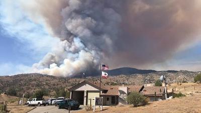 El incendio Peak Fire ya ha quemado 1,600 acres en el condado de Kern