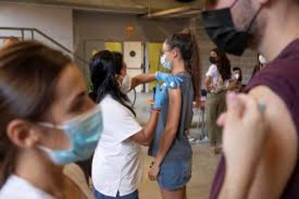 Sólo cuatro de cada diez estudiantes de California están vacunados contra el COVID-19, afirma experto