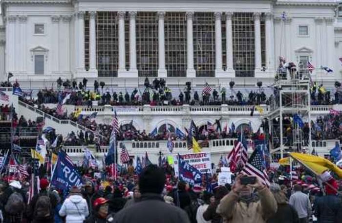 Policías federales que defendieron el Capitolio de las turbas de extremistas, afirman que fue un intento de golpe de estado alentado por Trump