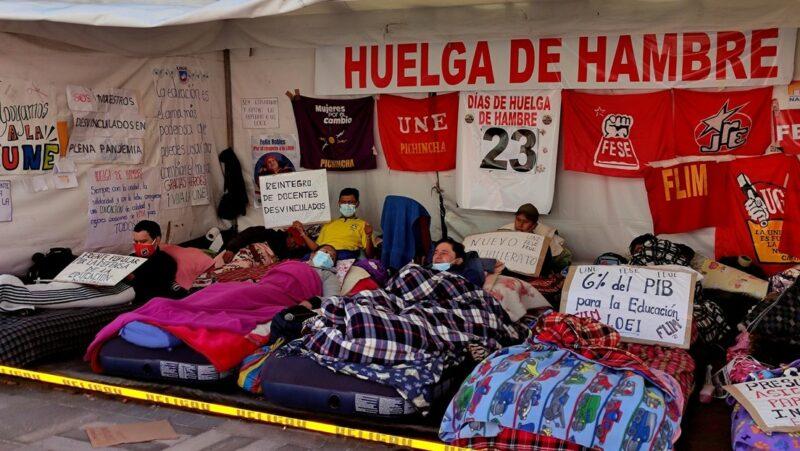 80 maestros de Ecuador llevan ya 23 días en huelga de hambre. Quieren reformas al sistema educativo y los salarios pactados