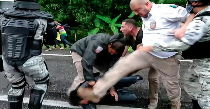 Agente mexicano pateó el rostro de un migrante. Autoridad analiza sanciones legales en su contra