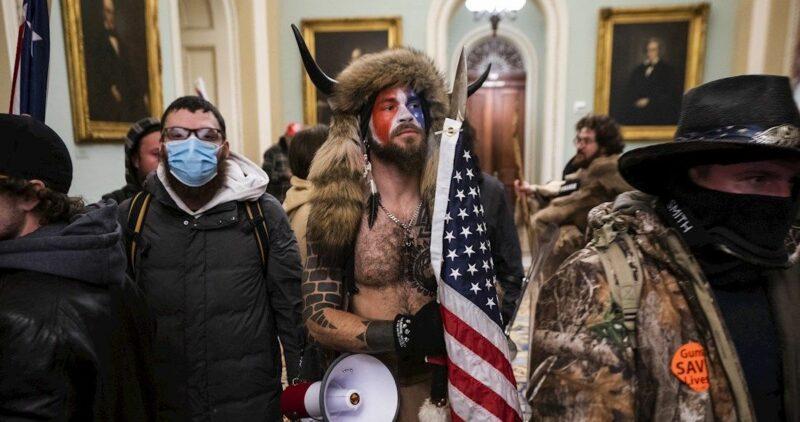 Policías del Capitolio lanza demanda histórica contra Trump por insurrección de enero