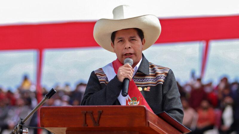 Oposición pide al presidente Castillo que cambie a funcionarios por vínculos con terrorismo