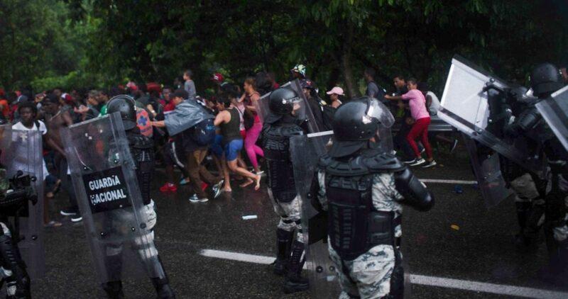 Suspenden a dos agentes por su brutalidad contra migrantes en Chiapas