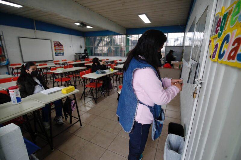 Baja afluencia de estudiantes a escuelas de la Ciudad de México. Emoción de alumnos por estar con sus compañeros
