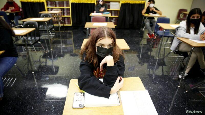 Retienen salarios a juntas escolares en Florida por ordenar el uso de mascarillas