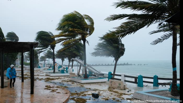 Videos: El huracán Grace llega a Veracruz esta noche con vientos de 160 lilómetros por hora y olas de hasta 7 metros de altura