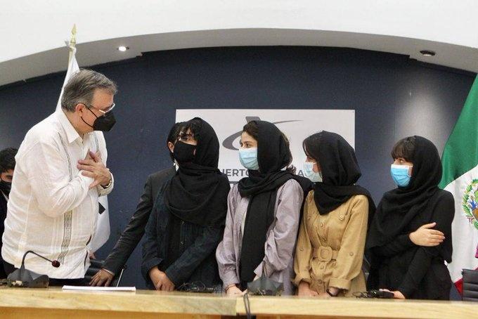 México acoge a cinco afganas integrantes de equipo de robótica