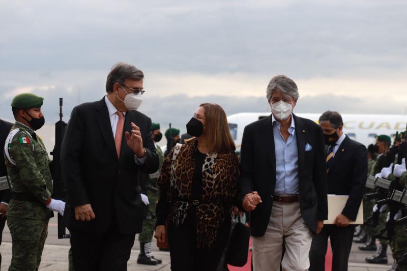 Recibe Ebrard en AICM al presidente de Ecuador, Guillermo Lasso
