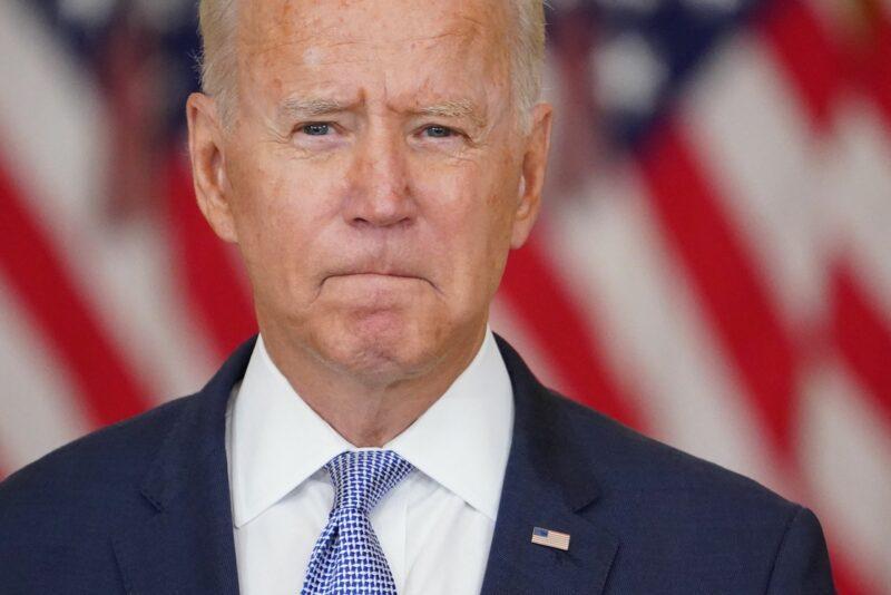 Juez federal ordena a Biden restablecer política de Trump sobre solicitantes de asilo