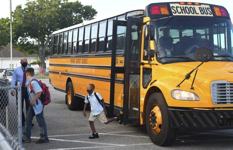Miles de alumnos son devueltos a casa en Florida ante el temor de aumento de contagios de Covid-19