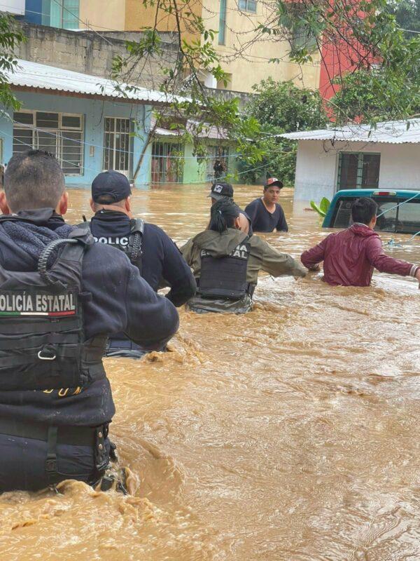 Confirman tres muertos más en México tras paso de Grace y suman 11. Incomunicadas, múltiples comunidades. AMLO anunciará apoyo a damnificados