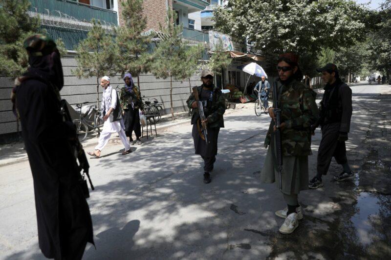 Decenas de miles quieren huir de Afganistán. El aeropuerto de Kabul, un caos. Ya hay 7 fallecidos. Talibanes culpan a EU y Biden afirma que aceleran salida de quienes están en riesgo