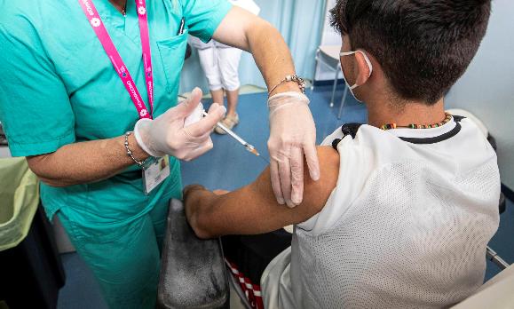 Obligatorio, que sean vacunados contra el COVID-19 los estudiantes mayores de 12 años del distrito escolar de Los Angeles, aprueba la Junta Escolar