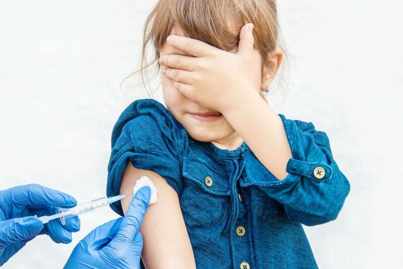 Sería obligatorio vacunar contra el COVID-19 a los alumnos de más de doce años del distrito escolar angelino