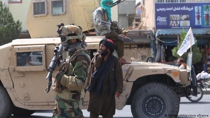 Talibanes matan y cuelgan en plazas públicas a cuatro secuestradores