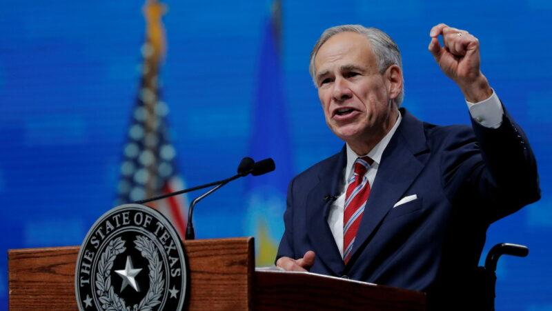 Video  El gobernador de Texas promete contratar a agentes fronterizos acusados de azotar a migrantes si Biden los despide