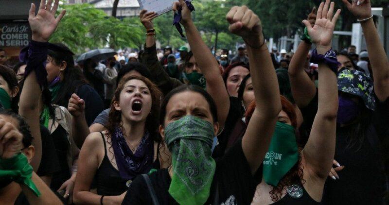 Videos| Calles de México se llenan de pañuelos verdes por marchas en favor del aborto legal. En la Ciudad de México, 37 lesionadas, 27 de ellas son policías