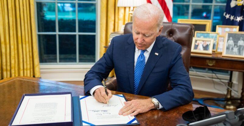 Biden firma proyecto de ley aprobado por el Congreso para evitar el cierre del gobierno federal