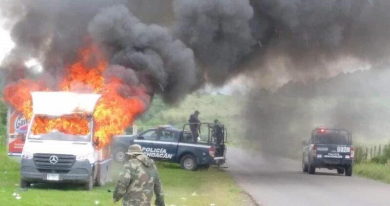 La CNTE quema camiones y bloquea carreteras en Michoacán; exigen pago de salarios