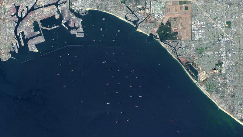 Captan desde el espacio concentración atípica de buques portacontenedores en costas de los puertos de Long Beach y LA