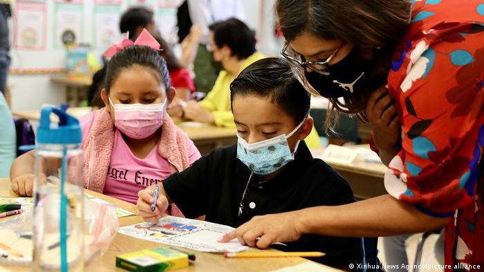 """Contagios de COVID-19 en escuelas, """"relativamente bajos"""" al disminuir en 40% la transmisión entre niños, reporta Salud Pública del Condado de Los Angeles"""