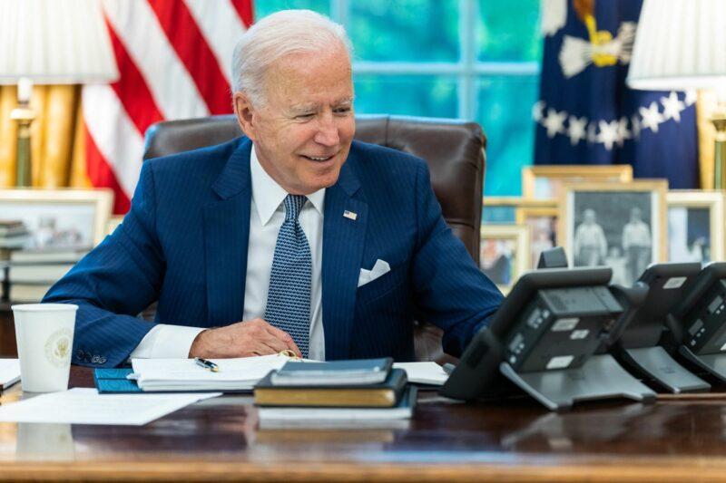 Biden convoca cumbre para enfrentar la pandemia, pero críticos aseguran que se quedó chico ante el desafío