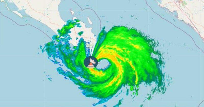 """Videos: El huracán """"Olaf"""" categoría 2 toca tierra en Los Cabos, Baja California Sur con vientos de 185 kilómetros por hora. Hay 500 mil personas en riesgo"""
