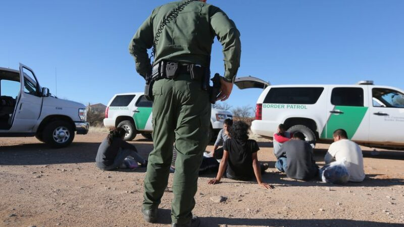 Ante críticas, Joe Biden anuncia nuevas reglas para detener a migrantes