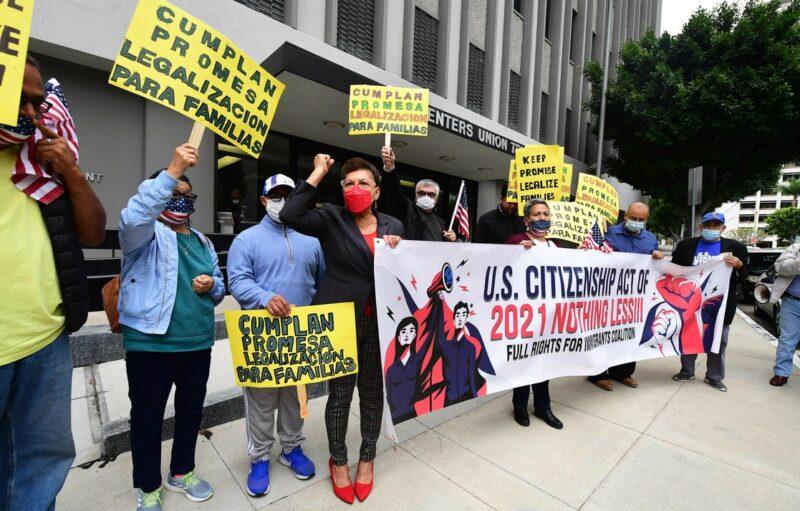 Convocan a migrantes detenidos en California a demandar compensaciones
